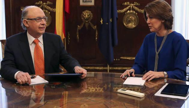 El ministro de Hacienda, Cristóbal Montoro, durante la reunión que ha mantenido este miércoles con la presidenta navarra, Yolanda Barcina