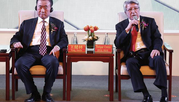 Wang Jianlin, junto a Enrique Cerezo.