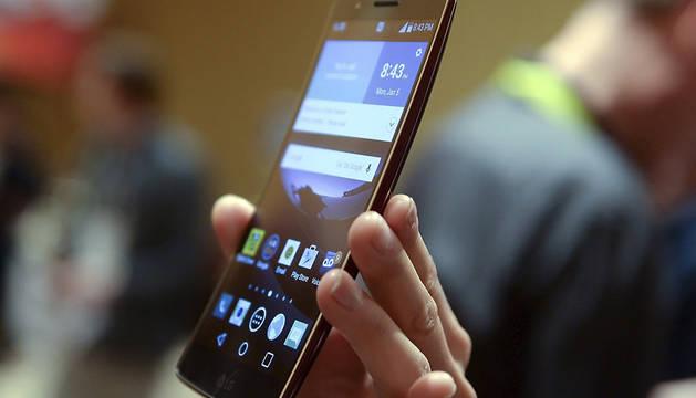 Una persona sostiene un teléfono de última generación.