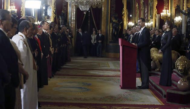 El Rey Felipe VI, junto a la Reina Letizia, durante su discurso