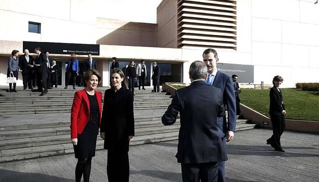Los Reyes de España han inaugurado este jueves en Pamplona, en su primera visita a la Comunidad Foral tras su proclamación, el Museo Universidad de Navarra que, diseñado por el arquitecto Rafael Moneo, alberga entre sus fondos obras de Tàpies, Rothko, Picasso, Oteiza, Kandisnky o Palazuelo.