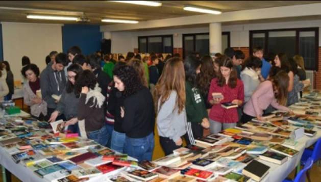 Un grupo de alumnos en el mercadillo solidario.