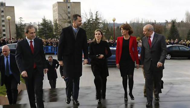 Los Reyes, en el centro, junto al rector de la UN (izquierda), Barcina y el ministro Wert