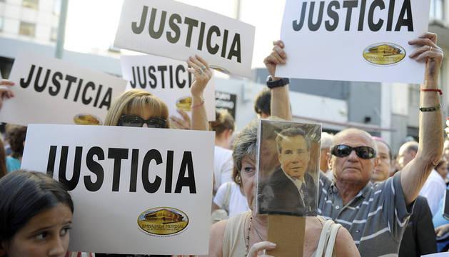 Manifestantes en favor de investigar la muerte del fiscal Nisman en Buenos Aires.
