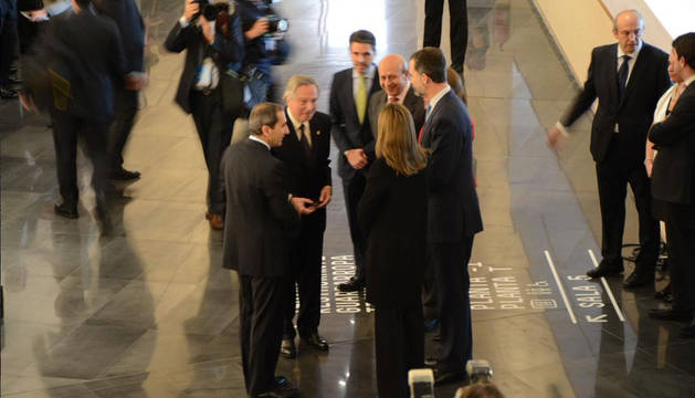 Los Reyes, junto al rector Sánchez Tabernero, Rafael Moneo y el ministro Wert,