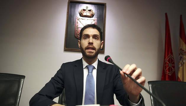 Sergio Sayas, presidiendo la comisión de Caja Navarra.