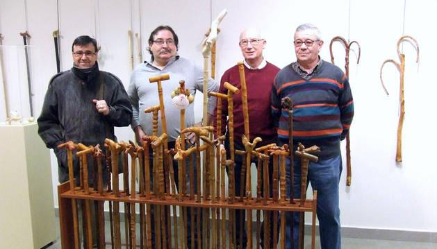 Cuatro vecinos muestran unos 200 bastones artesanales