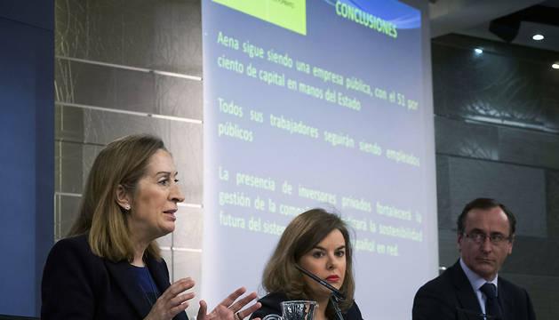 La ministra de Fomento, Ana Pastor (i), junto a la vicepresidenta Sáenz de Santamaría (c), y el ministro de Sanidad, Alfonso Alonso