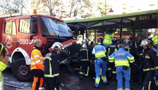 Un accidente entre un camión y un autobús deja 26 heridos en Móstoles