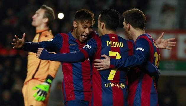 Neymar, Messi y Pedro celebran un gol