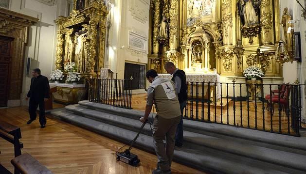 Nueve meses han sido necesarios para que los investigadores que tratan de localizar a Miguel de Cervantes hayan accedido por fin a la iglesia de las Trinitarias de Madrid, donde se cree que fue enterrado el escritor, para comenzar a extraer restos óseos de los nichos y sepulturas que atesora la cripta.