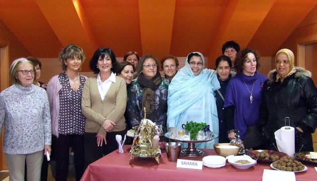 Participantes en la degustación de platos típicos de distintos países.