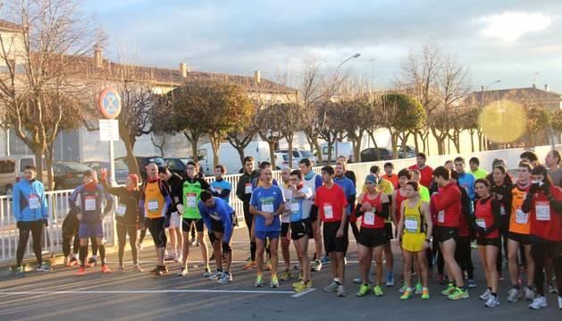 Los atletas participantes en la categoría sénior, listos para tomar la salida en el VIII Cross Virgen de la Paz de Cintruénigo