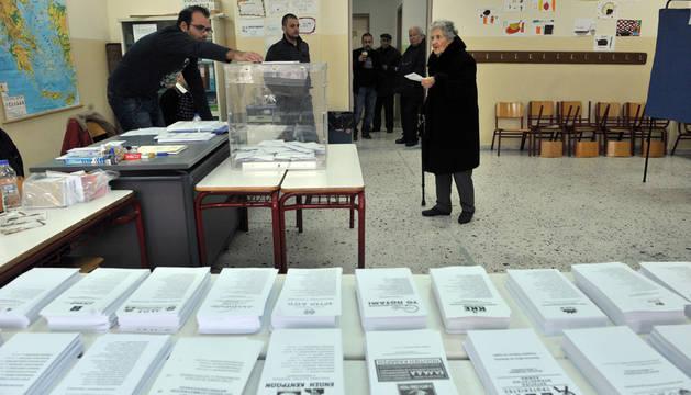Una mujer acude a votar a un colegio electoral de Tesalonika