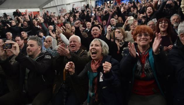 Simpatizantes de Syriza, este domingo, al empezar a saberse los resultados