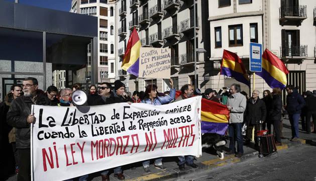 Protesta en Pamplona, este domingo, ante la Delegación del Gobierno