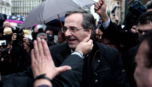 Samaras acude a votar en las elecciones griegas