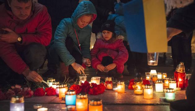 Cientos de personas encienden velas en el lugar del ataque