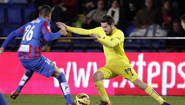 El centrocampista del Levante Víctor Camarasa lucha el balón con Moi Gómez, del Villarreal.