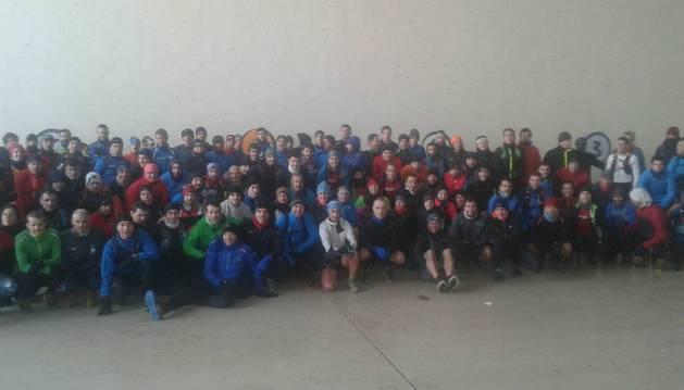 Los más de cien participantes en la quedada del pasado domingo en Subiza por la mañana, antes de iniciar el recorrido.