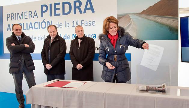 La presidenta Barcina introduce un documento del proyecto en la urna.