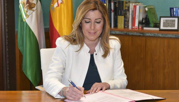 La presidenta, firmando el decreto de disolución del Parlamento andaluz.