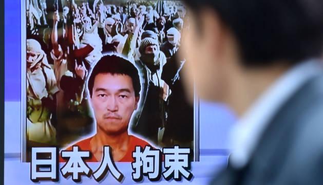 Pantallas de televisión en Tokyo, pidiendo la liberación del rehén japonés.