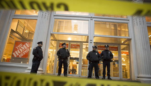 La policía vigila la entrada al establecimiento en el que se produjo el tiroteo.