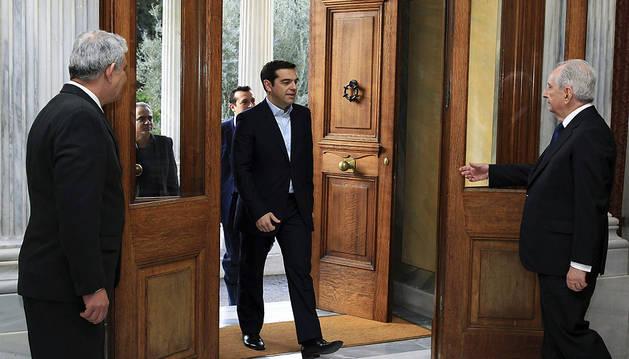 El líder de Syriza, Alexander Tsipras, entra al palacio presidencial.