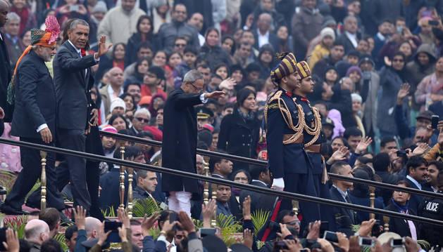 Obama asiste al desfile del día de la República, que conmemora la entrada en vigor de su Constitución en 1950.