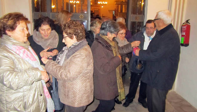 Varios asistentes cogen los cordones de San Babil.