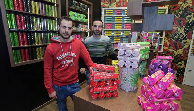 Daniel González Tirado y Juanjo Maeztu Pastor junto a las cajas que contienen las cápsulas de té, chocolate, infusiones o café, de The Capsoul, en la calle Pozoblanco.