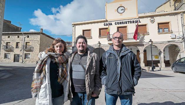 Los ediles María Rame Casas y Jesús Javier Saénz González con el alcalde de Aras, Francisco Murguiondo Marquínez, ante el consistorio.