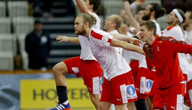 Los jugadores de Dinamarca celebran su victoria contra Islanda