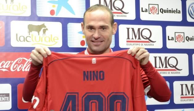 Nino, con una camiseta conmemorativa de los 400 partidos