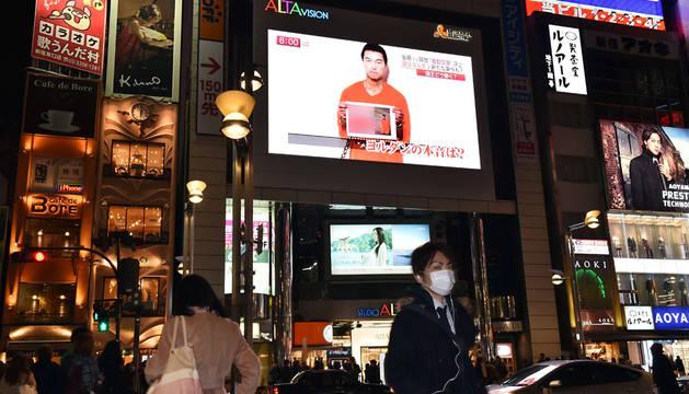 Una televisión informa sobre el rehén en Tokio.