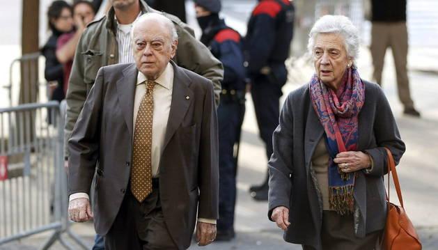 El expresidente de la Generalitat Jordi Pujol, que comparece como imputado por fraude fiscal y blanqueo de capitales, junto a su esposa