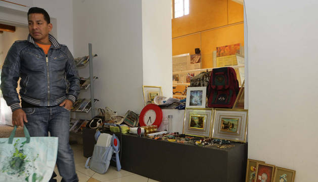 Uno de los visitantes al mercadillo de trueque que organiza el Museo de Educación Ambiental San Pedro de Pamplona.
