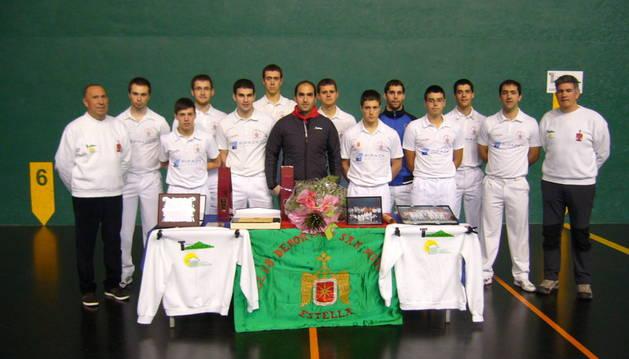 El ex pelotari homenajeado, Gonzalo Morán, con las placas y obsequios recibidos y compañeros del club.