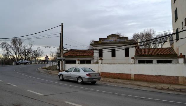 El viejo matadero municipal desde la avenida de Navarra de Lodosa, junto al puente sobre el Ebro.