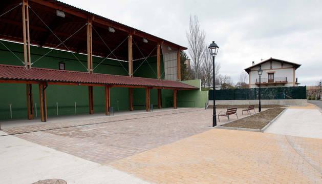 En primer término la plaza resultante tras urbanizar los exteriores del frontón cubierto.
