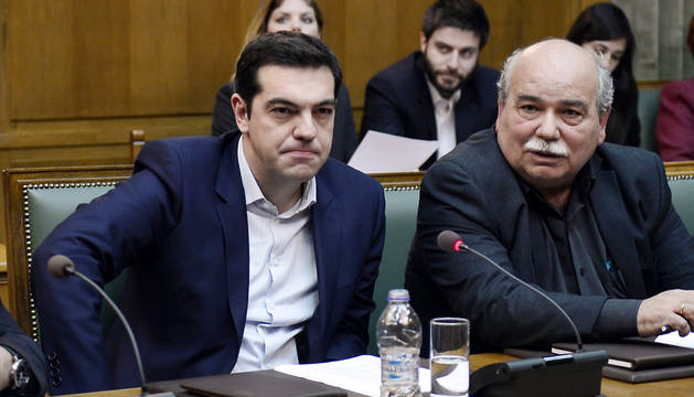 Tsipras junto al ministro de Interior, Nikos Vroutsis.