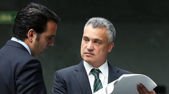 El consejero de Políticas Sociales, Íñigo Alli, y el Defensor del Pueblo, Javier Enériz, en una fotografía de archivo.