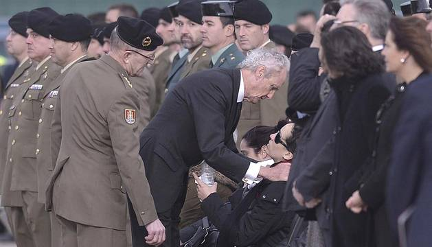 El cadáver del cabo Francisco Javier Soria Toledo, fallecido este miércoles en el Líbano, ha llegado al aeropuerto de Córdoba. El ministro Morenés ha acompañado al féretro en su viaje.