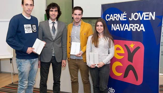 Ángel Ansa, junto con los ganadores de los tres iPad minI