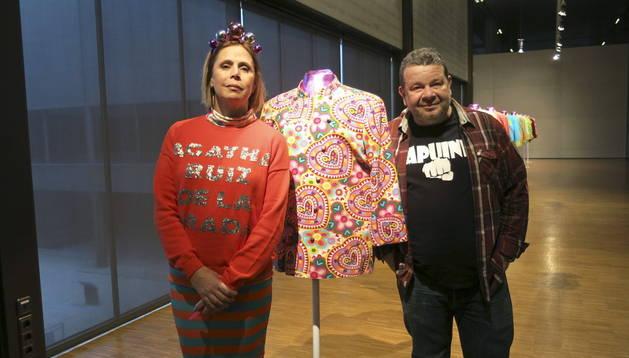Ruiz de la Prada y Chicote, junto a una de las chaquetillas que luce el chef