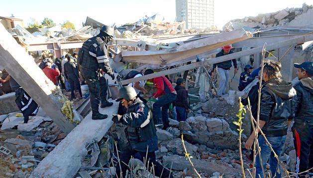 Los equipos de rescate y curiosos, alrededor del edificio derrumbado.
