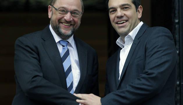 El nuevo primer ministro griego, Alexis Tsipras, estrecha la mano del presidente del Parlamento Europeo, Martin Schulz (i)