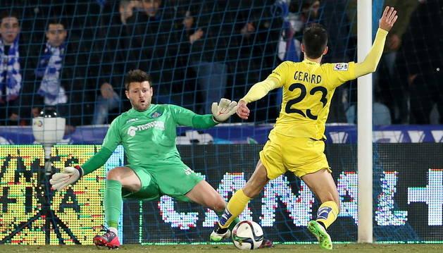 Gerard Moreno, en el momento de marcar el gol.