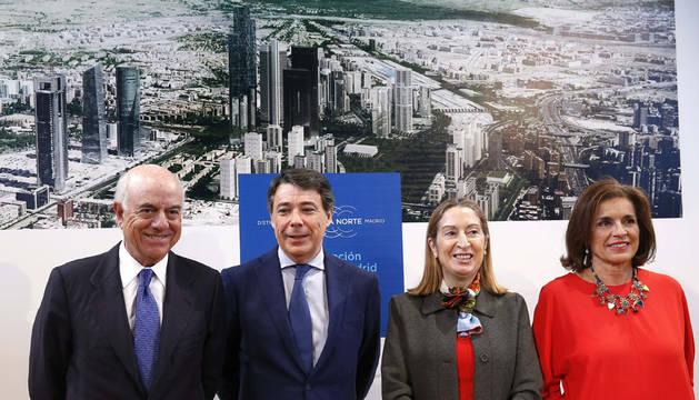 La ministra de Fomento, Ana Pastor, Ignacio González, Ana Botella; y el presidente del BBVA, Francisco González, durante la presentación del proyecto Distrito Castellana Norte